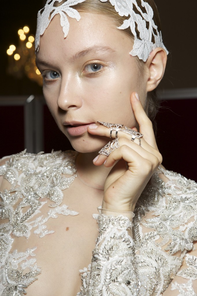 Robe de mariée sublimée par le double anneau or blanc