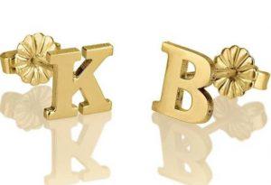 boucles d'oreilles en forme d'initiales